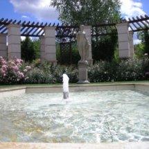 fontanna-w-ogrodzie